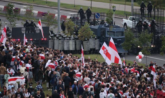 Het Wit-Russische leger houdt demonstranten tegen tijdens protesten.