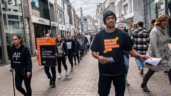 Colonne van Walk for Freedom trekt door Tilburg: 'Slavernij is er nog steeds'