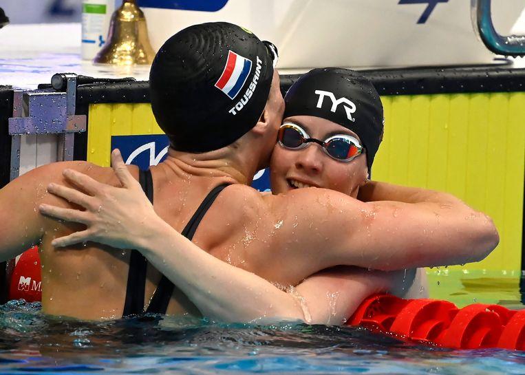 Na de eerste race feliciteren winnares Kathleen Dawson en Kira Toussaint elkaar, een paar uur later staat de Nederlandse met lege handen. Beeld EPA
