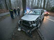 Auto zwaar beschadigd na botsing met vrachtwagen en boom in Arnhem