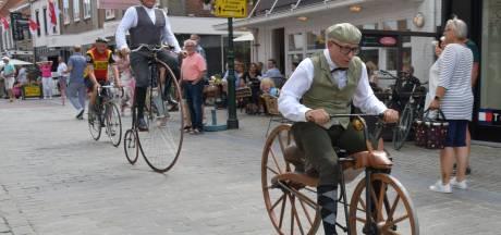 Met de vonken uit de stalen fietsbanden: record rijden op historische fiets verbroken in Sluis