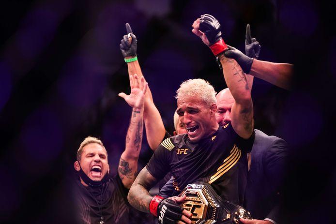 UFC-baas Dana White doet Charles Oliveira de UFC Lichtgewicht kampioensriem om na zijn zege op Michael Chandler in Houston. Texas.
