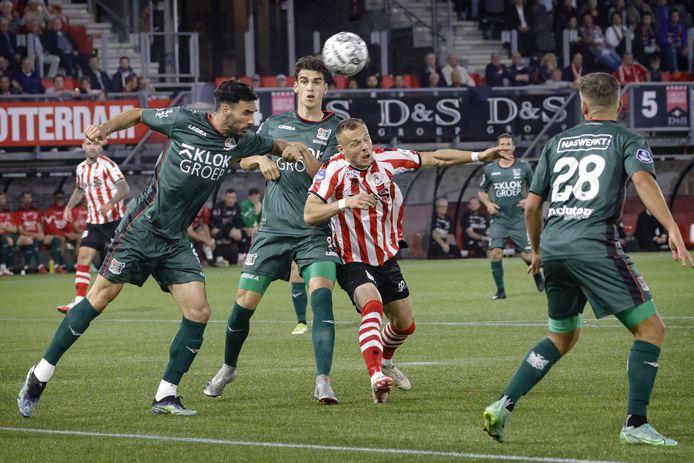 Ivan Márquez kopt een bal weg in de wedstrijd tussen Sparta Rotterdam en NEC.