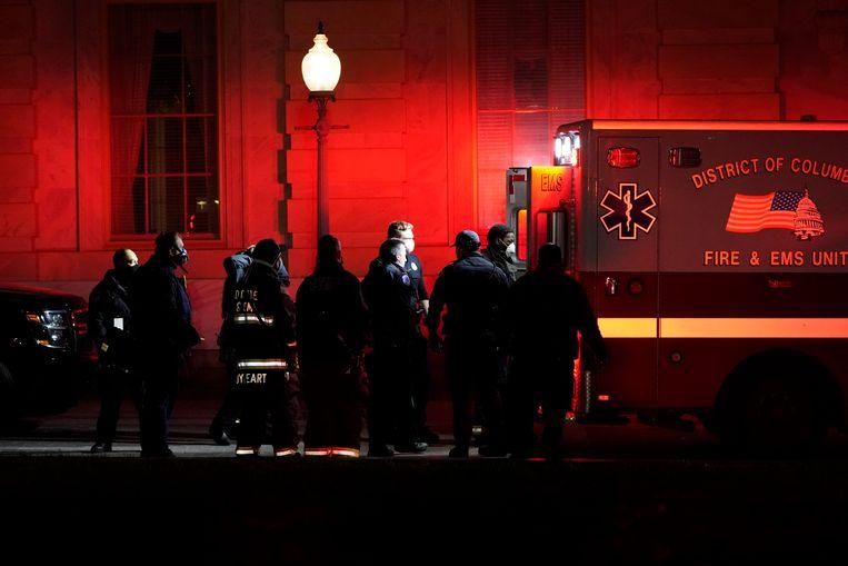Ashley Babbitt wordt afgevoerd in een ambulance. Beeld AP