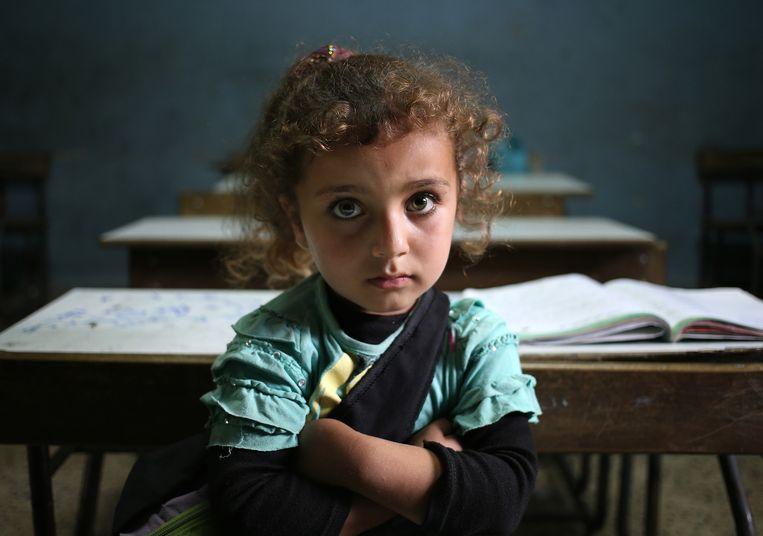 Een Syrisch vluchtelingenmeisje in een klaslokaal van een Libanese school in Kaitaa. Beeld ap