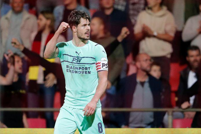 Marco van Ginkel kopte PSV vlak voor tijd naar een zwaarbevochten zege op Go Ahead Eagles.