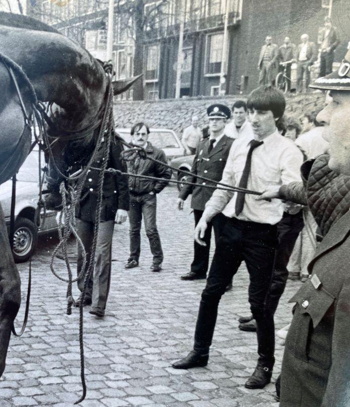 Bas Molenaar (wit overhemd) redt als 22-jarige agent zijn politiepaard uit het water van de Nieuwe Maas.