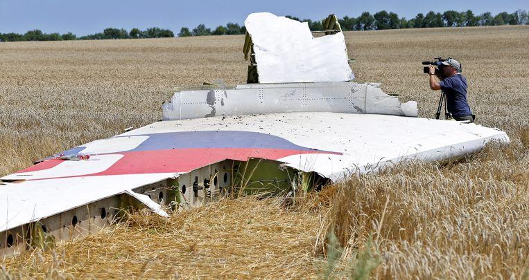 Een foto van een brokstuk van MH17, drie dagen na de crash. Beeld EPA