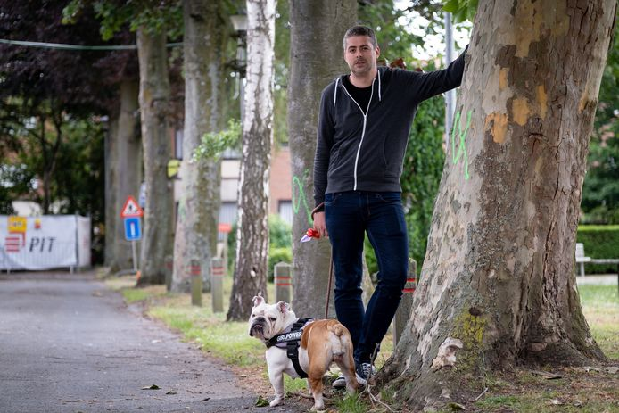 Christophe Van Calster klaagt de bomenkap aan in de Schijfstraat in Mechelen.