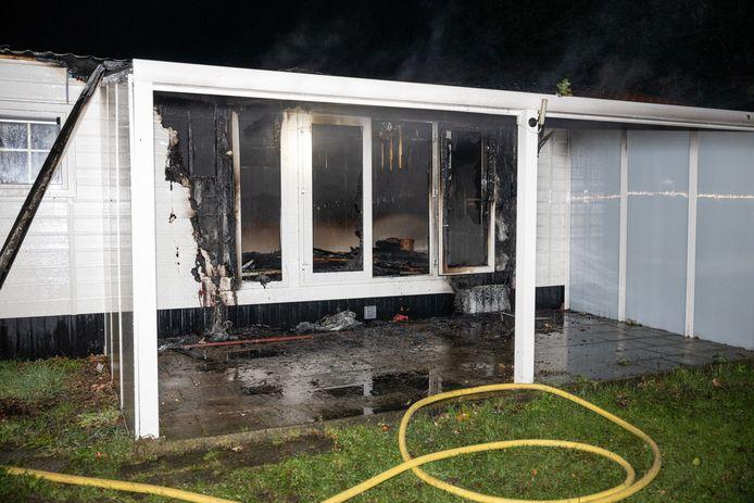 Het getroffen chalet werd door de brand verwoest.