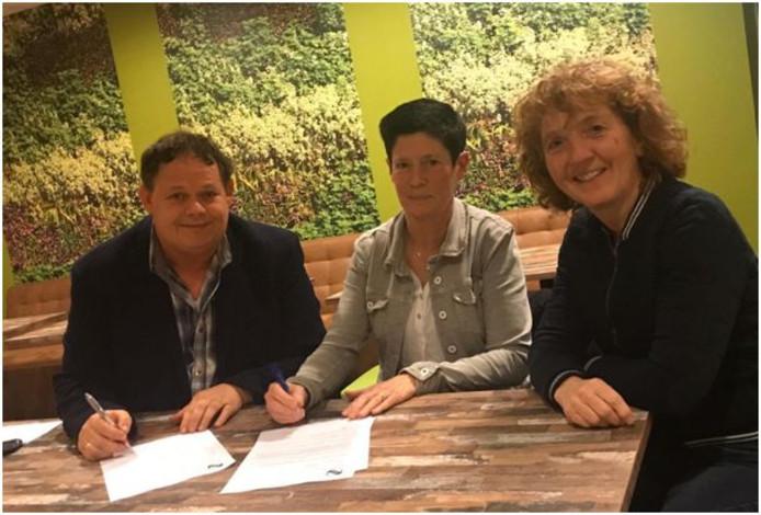 Anja Lubbers (midden), voorzitter Paul Tijhuis en bestuurslid technische zaken Carlien Bos van ABS.