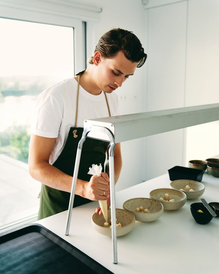 Matthijs Mannaerts in de keuken. Beeld Joris Casaer
