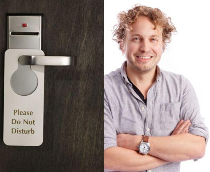 Hotelkamers staan vol met spullen, en sommige gasten weten niet zo goed wat ze daarmee moeten, zag columnist Niels Herijgens.