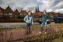 Op de Rijksstraatweg richting de Wilhelminabrug maken motorrijders het vaak te bont, vinden Marcel Wendrich (l) en Anton Slager.