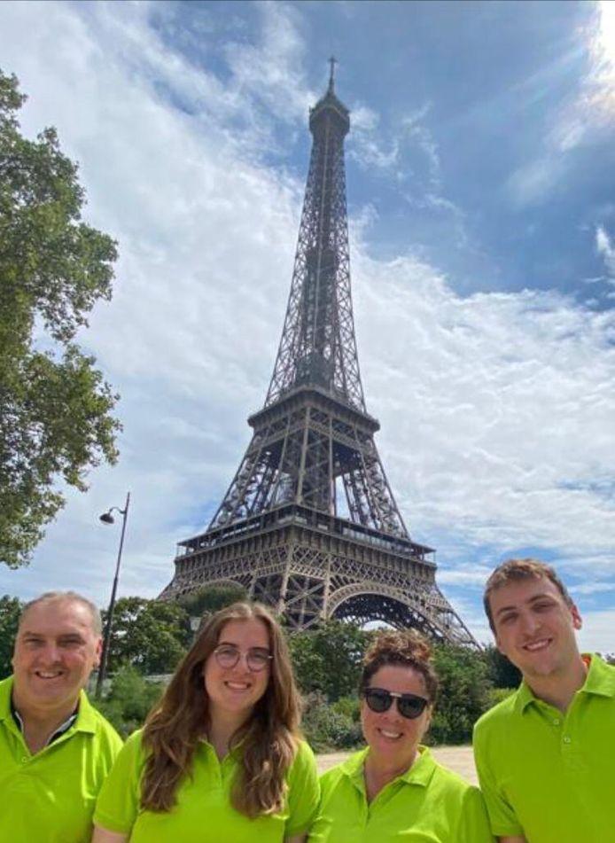 De familie Van Bommel is in Parijs na een fietstocht van tien dagen voor het KWF.
