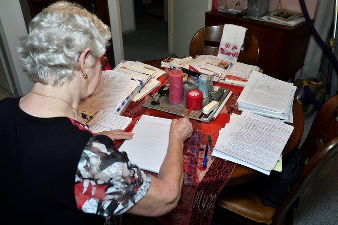 Huurster Van Diemen werkt aan haar verslag.