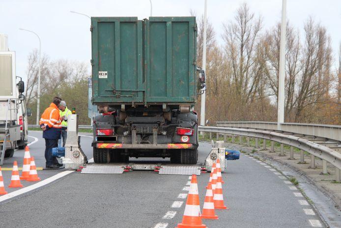Een vrachtwagen wordt aan een remtest onderworpen.