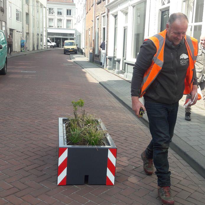 Met vijf bloembakken hoopt de gemeente hardrijders in de Sint Jorisstraat af te schrikken.