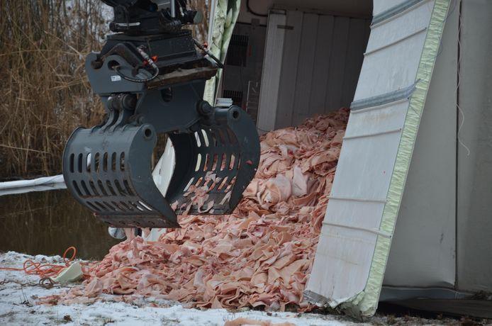 De vrachtwagen is door de klap een groot deel van de lading verloren.