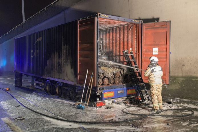 Omdat de vrachtwagen volgeladen was met autobanden moest de laadruimte eerst stuk voor stuk worden leeggemaakt. Anders bestond er een kans dat het vuur opnieuw zou oplaaien.