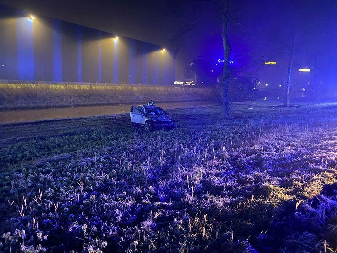 Een van de auto's belandde op zijn kop in het gras onderaan de snelweg.