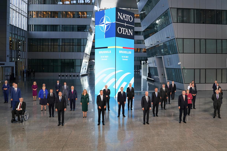 Navo-leiders poseren voor een groepsfoto in het hoofdkwartier in Brussel.  Beeld AP