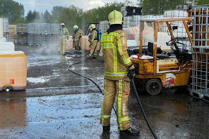 Op de koer achter een bedrijf aan de Wijmenier in Impe stond zondagnamiddag een IBC-container in brand.