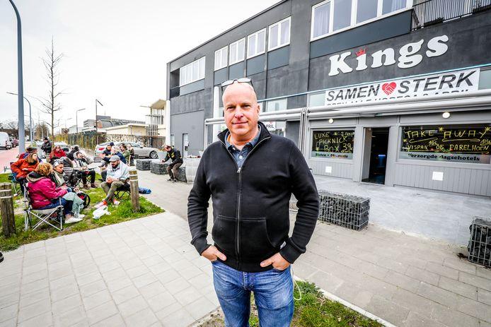Hans Blanckaert voor Kingsclub, waar mensen picknicken met de takeaway van de zaak.