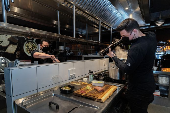 Chef-kok  Kevin Penris prepareert een stukje vlees, klaar voor de grill.