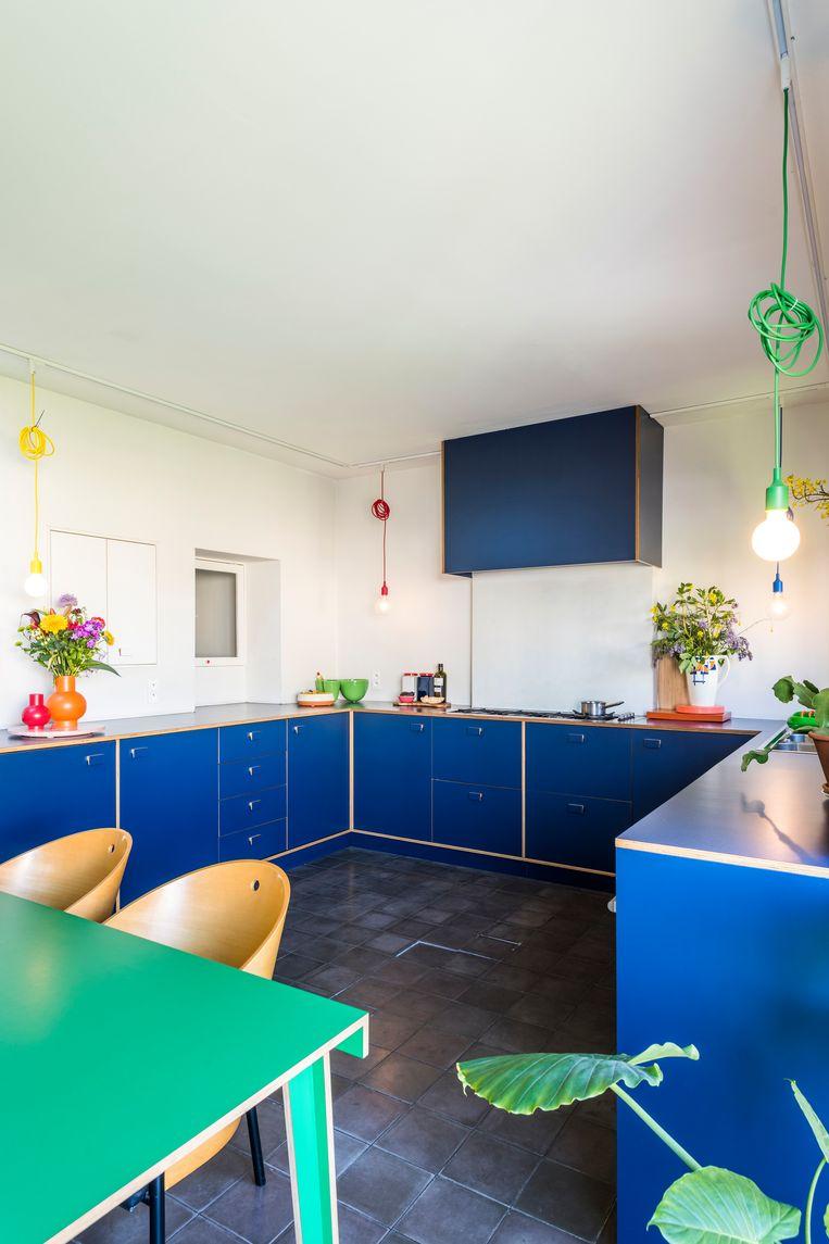 De keuken ontwierpen Sara en Pieter zelf. De hanglampen zijn van Muuto, de groene tafel is van Established & Sons. Sara: 'De vintage Philippe Starck-stoelen zijn niet de mooiste ooit, maar ze zitten fantastisch.'  Beeld Luc Roymans