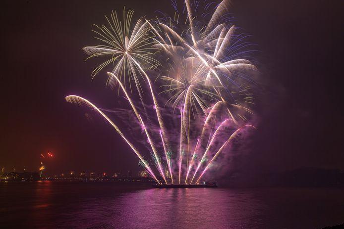 De vuurwerkshow op het drierivierenpunt tussen Dordrecht, Zwijndrecht en Papendrecht tijdens oud en nieuw 2019 - 2020.