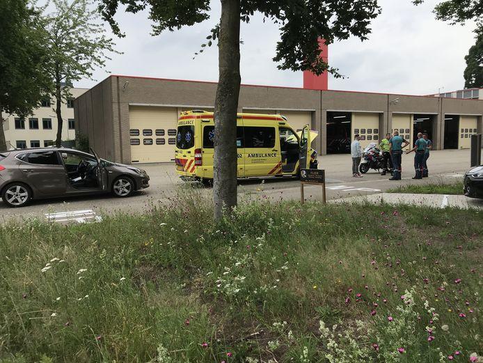 Een ambulance en een auto zijn met elkaar in botsing gekomen in Ede. Er vielen geen gewonden.