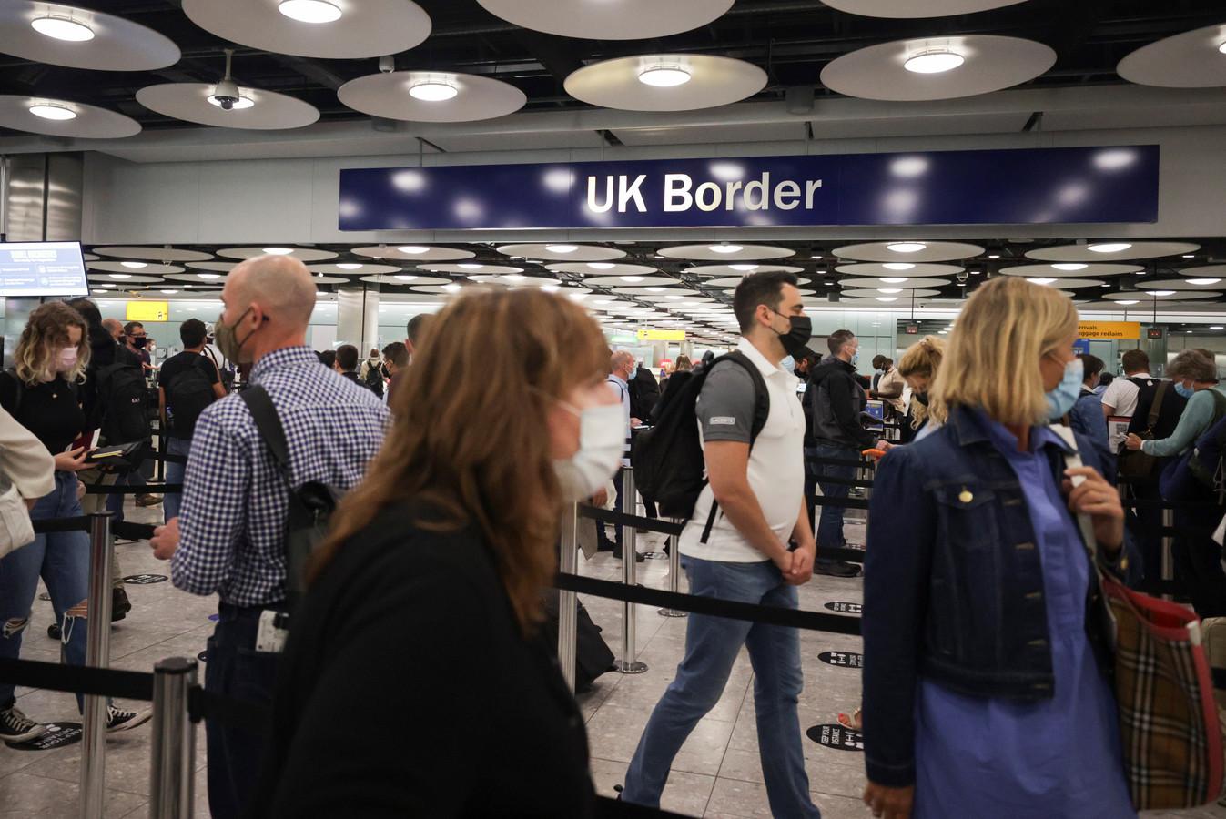 Toegekomen reizigers schuiven aan op de luchthaven van Heathrow.