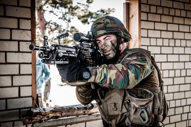 Een Belgische soldaat in actie in Leopoldsburg. Beeld © Bart Leye