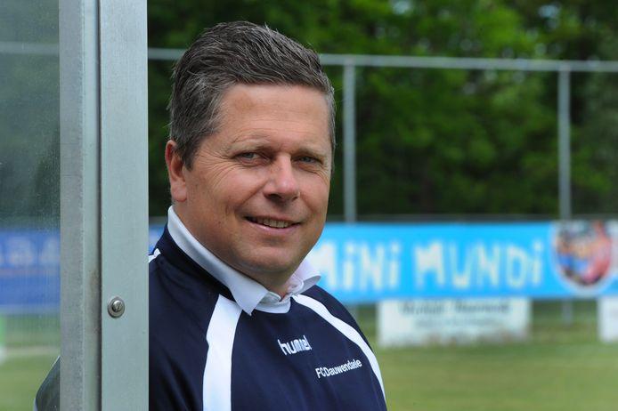 René de Nooijer in de dug-out van FC Dauwendaele.