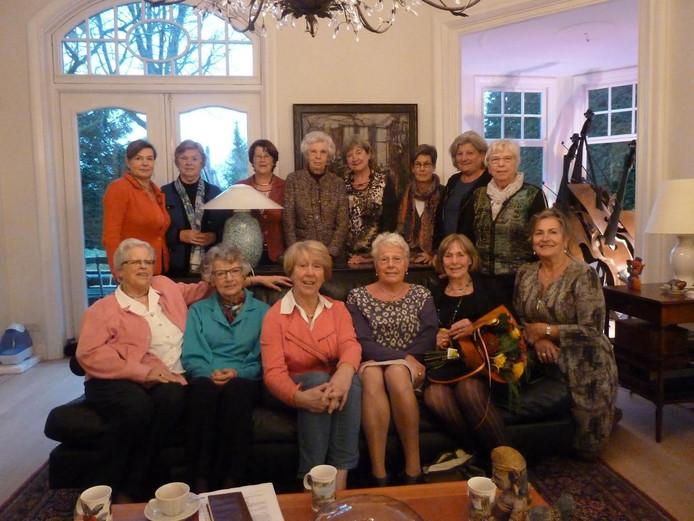 Veertien van de zeventien leden van het Damesleesgezelschap. Boven tweede van rechts Elly van der Sanden, vierde van rechts Marjolijn Rijpkema.