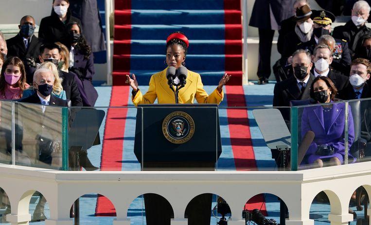 Amanda Gorman declameert haar inauguratiegedicht voor president Biden. Beeld EPA