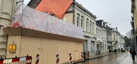 Badkamertegeltjes-gevel geveld, Nieuwlandstraat krijgt er de 'oude' gevel (begin 1900) voor terug