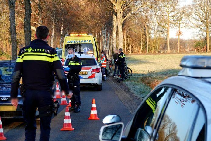Op de Dronkelaarseweg in Barneveld is vrijdagochtend een fietser gewond geraakt bij een aanrijding met een nauto.