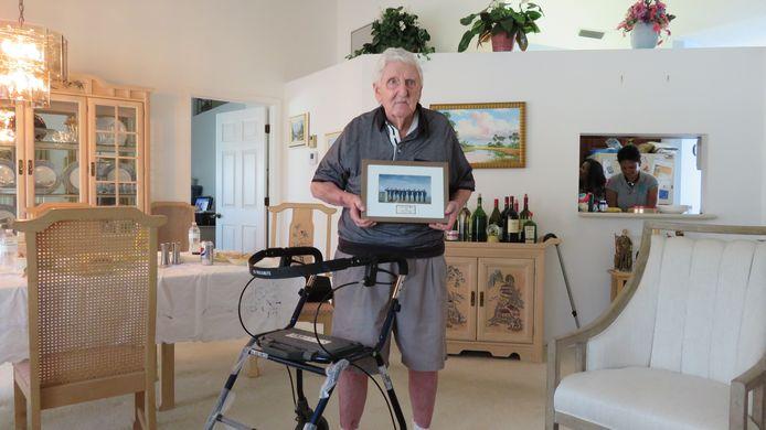 Francis Keefe in zijn huis in Florida met een foto van de Sunset March.