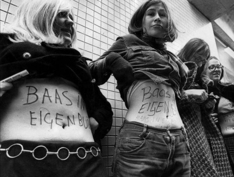 Dolle Mina's demonstreren voor het recht op geboortebeperking en abortus, door hun buik te laten zien met de strijdleus baas in eigen buik in 1970. Beeld Photonews