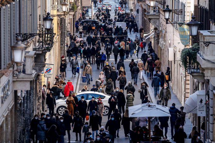 Veel volk in de straten van Rome op de eerste dag van de solden.