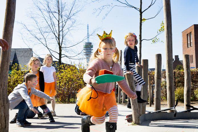 De 6-jarige Vera tijdens de taartrace van de Koningsspelen op basisschool 't Schrijverke in Mierlo.