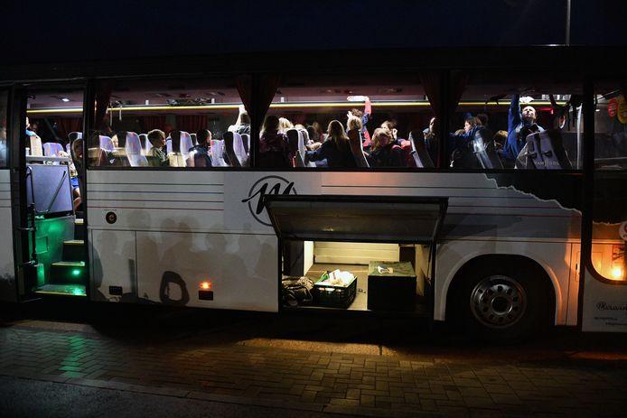 De bus arriveert aan de chiroterreinen.