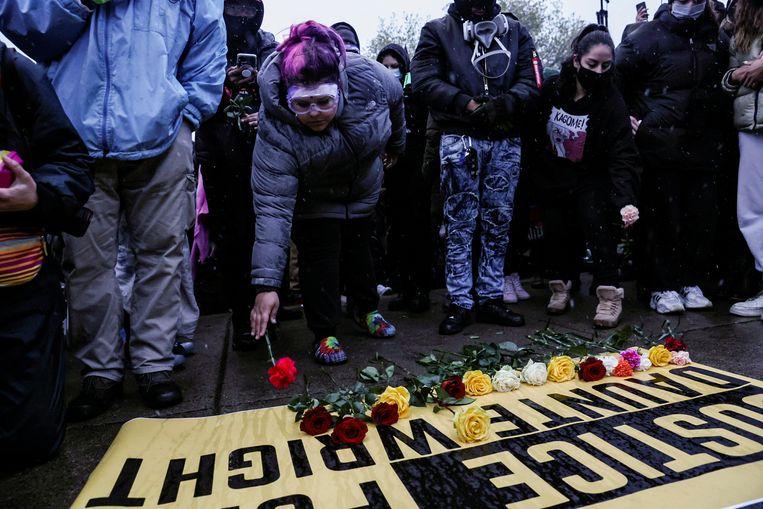 Mensen leggen bloemen neer als steunbetuiging voor Daunte Wright. Beeld REUTERS