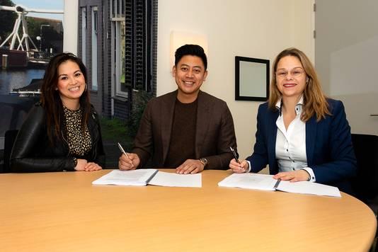Tandarts Lie en wethouder Wendy Renzen van Midden-Delfland ondertekenen de koopovereenkomst.