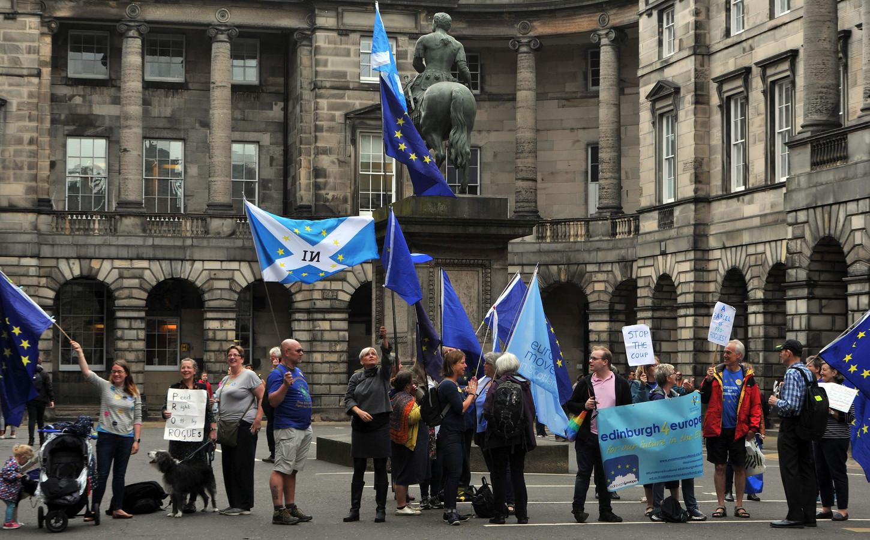 Schotse en Europese vlaggen buiten aan de Schotse rechtbank waar vandaag werd beslist dat de opschorting van het parlement onwettig is.