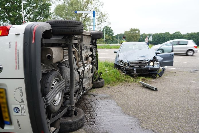 Busje belandt op zijn kant bij botsing met auto in Dongen