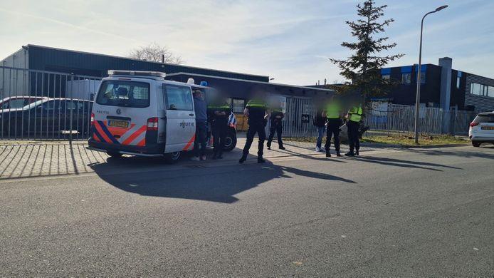Politie tijdens de inval aan de Robijnstraat in Hengelo.