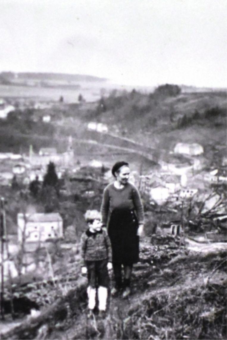 Louis Crins met zijn moeder voor het verwoeste Houffalize: 'Bij een bombardement werd een benzinedepot geraakt. De brandstof vloog in brand en liep in de Ourthe. Metershoge vlammen dreven met de stroom mee.' Beeld